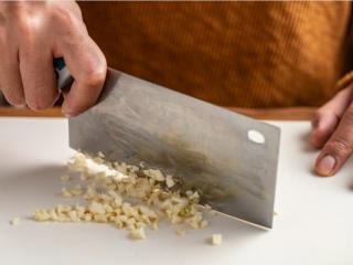 正月新年为家人做一份~暖意羊羊烤小排,把蒜头切碎。