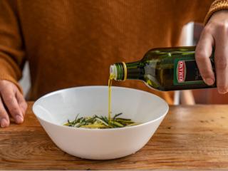 正月新年为家人做一份~暖意羊羊烤小排,把上述材料与迷迭香罗勒碎倒入碗中,倒入橄榄油搅拌均匀。