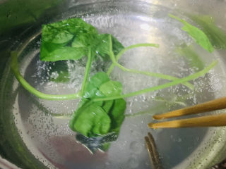 蔬菜虾仁粥,将菠菜先用沸水捞出,可去菠菜中的草酸,20秒即可捞出;