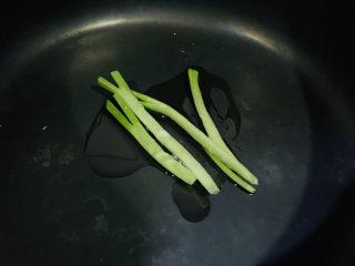 蔬菜虾仁粥,把葱白放入锅内,炒香;