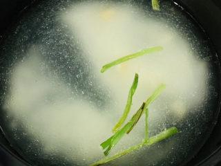 蔬菜虾仁粥,葱白炒出香味,加入清水,加入大米;