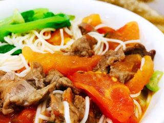 番茄牛腩面,捞出放入番茄牛肉中拌匀即可食用。