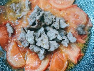 番茄牛腩面,倒入牛肉继续煮