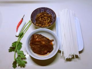 老坛酸菜牛肉面,食材准备好