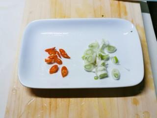 老坛酸菜牛肉面,红尖椒和葱切片备用