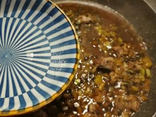 老坛酸菜牛肉面,加入一碗清水