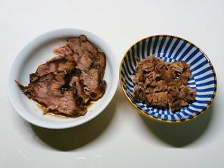 老坛酸菜牛肉面,牛肉一部分切片  一部分切小块