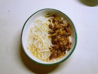 老坛酸菜牛肉面,捞出装到碗里  放入老坛酸菜汤