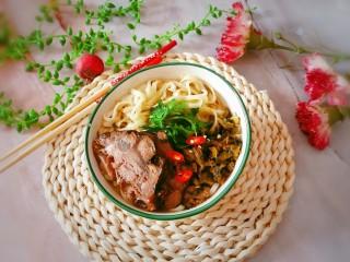 老坛酸菜牛肉面,放入香菜和红尖椒圈 即食