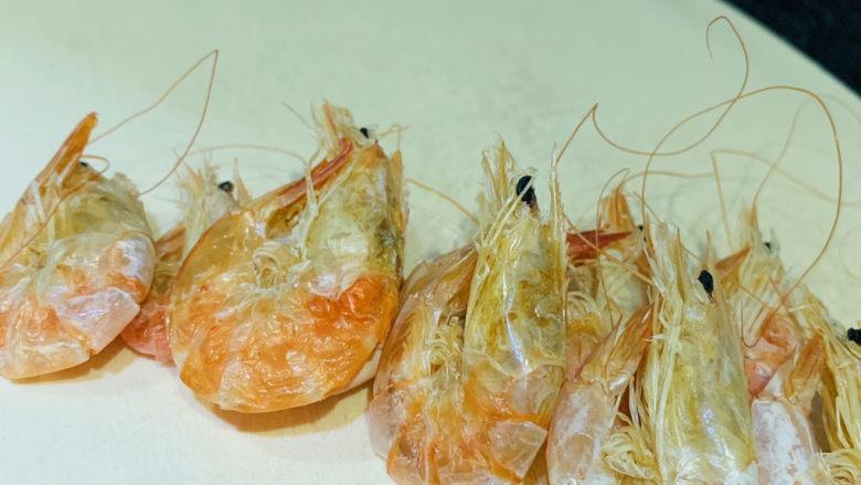 虾仁跑蛋,从冰箱取出虾干;