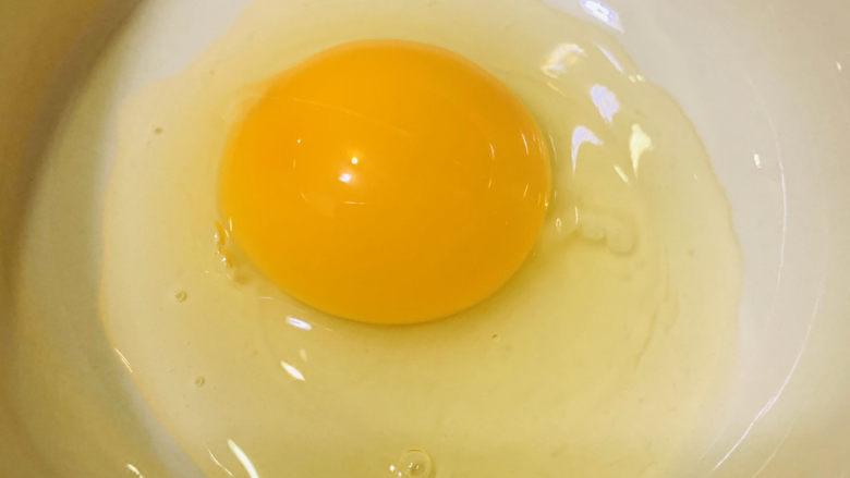 虾仁跑蛋,将蛋打碗里;