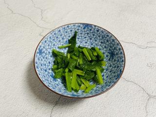 蔬菜虾仁粥,菠菜洗净焯水切小段