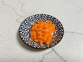 蔬菜虾仁粥,胡萝卜洗净去皮切丁