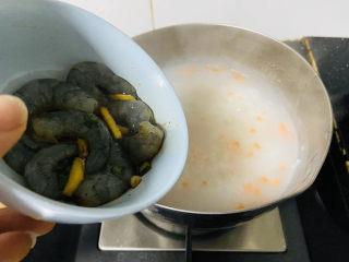蔬菜虾仁粥,放入虾仁🍤煮熟