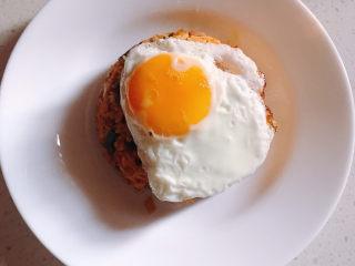 韩式泡菜炒饭,煎一个蛋放到上面。