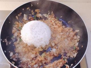 韩式泡菜炒饭,炒香后倒入米饭