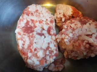 猪肉白菜包子,猪肉馅提前解冻。
