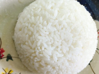 咖喱饭🍛,用一个小碗盛一碗,压实后到扣在盘中。