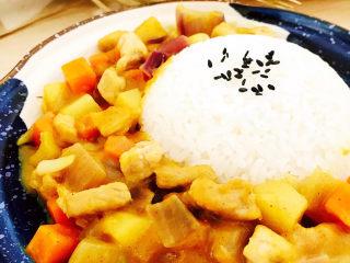 咖喱饭🍛,将做好的咖喱土豆装入盘中。