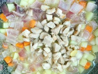 咖喱饭🍛,倒入猪肉粒一起煮5分钟。