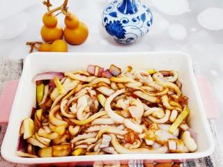 香辣八爪鱼,加入从蒜姜,洋葱,料酒,盐,鸡精腌制1小时