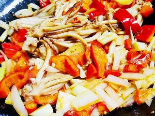 香辣八爪鱼,最后加入煎好的八爪鱼,翻炒