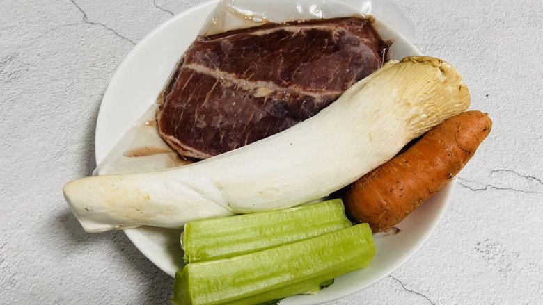 杏鲍菇炒牛肉,准备好食材