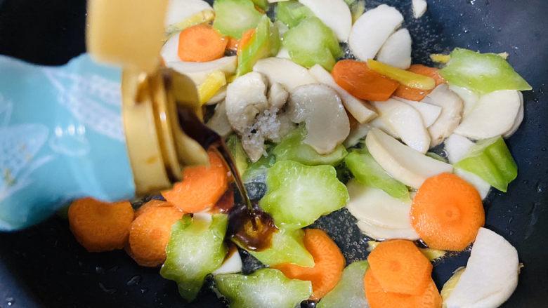 杏鲍菇炒牛肉,烹入小炒鲜酱油