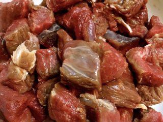 老坛酸菜牛肉面,水泡血水用料酒盐酱油腌制一会