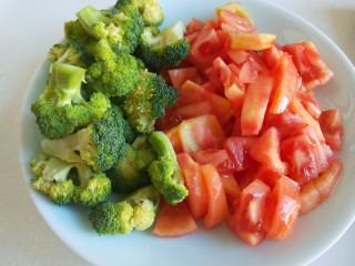 番茄牛腩面,放入盘中备用。