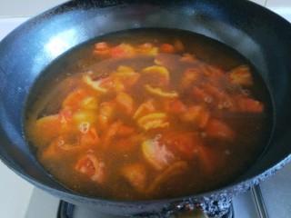 番茄牛腩面,倒入开水烧开。