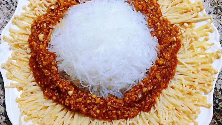 粉丝蒸金针菇,蚝油蒜蓉汁淋在粉丝金针菇上面