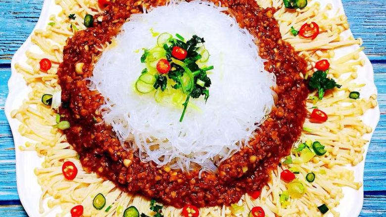 粉丝蒸金针菇,葱花、香菜、红辣椒、杭椒均匀的撒在金针菇和粉丝上再浇水热花椒油糍啦糍啦的声音听着感觉美美哒
