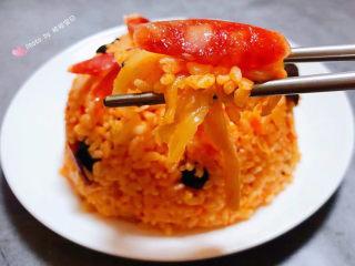 韩式泡菜炒饭,腊肠辣白菜和米饭混搭着入口超级完美唇齿留香回味无穷
