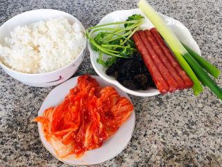 韩式泡菜炒饭,准备原材料米饭、韩式泡菜、腊肠、木耳、香菜、葱备用