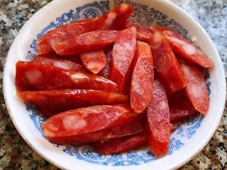 韩式泡菜炒饭,腊肠切成片状