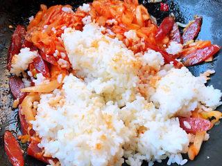 韩式泡菜炒饭,倒入米饭中小火翻炒