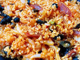 韩式泡菜炒饭,放入木耳同时放入盐和味精大火快速翻炒均匀入味即可出锅享用