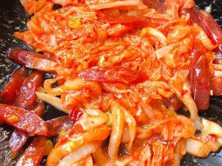韩式泡菜炒饭,放入辣白菜翻炒均匀