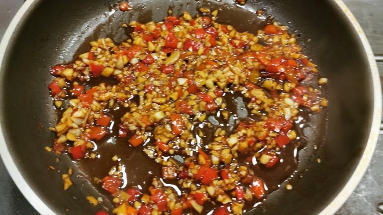 粉丝蒸金针菇,浇汁做好 关火