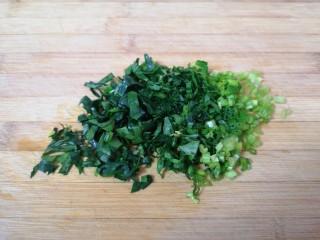 蔬菜虾仁粥,菠菜洗干净切碎。
