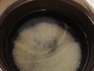 蔬菜虾仁粥(2-3人份),加入适量水,放入电饭煲。水量约是米量的八倍。