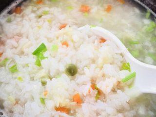 蔬菜虾仁粥(2-3人份),搅拌均匀后再焖几分钟即可。