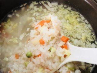 蔬菜虾仁粥(2-3人份),煮四十分钟左右放入虾仁和干贝,用勺子搅拌均匀