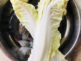 蔬菜虾仁粥(2-3人份),白菜芯的叶子洗净,切长条后切成末