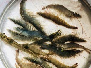 蔬菜虾仁粥(2-3人份),新鲜的虾洗净
