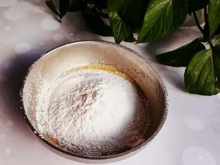 甜甜圈,筛入蛋液中,搅拌均匀
