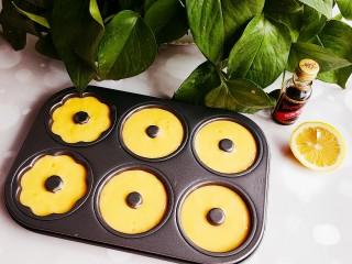 甜甜圈,挤入模具中,三分之二即可