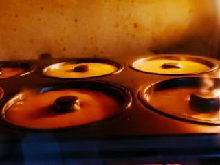甜甜圈,烤箱上下170度,预热5分钟烤50分钟即可