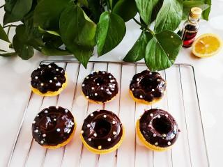 甜甜圈,然后将烤好的甜甜圈蘸上巧克力,放上糖豆冷5分钟固型即可